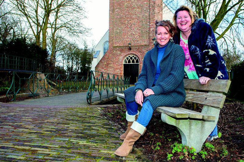 Helen Botman en Marieke Neesen voor de Allemanskerk in Oudkarspel (Foto: Vincent de Vries / Rodi Media)