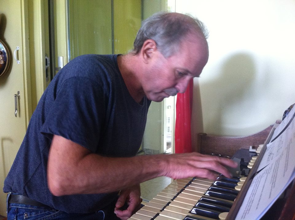 Willem Swikker speelt de hammond partijen in voor het album 'I Sing'