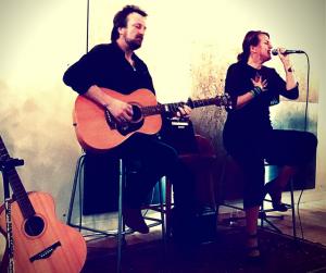 Zangeres Helen Botman en singer songwriter Peter van Vleuten spelen culinaire concerten in Restaurant D'Moriaan in Warmenhuizen