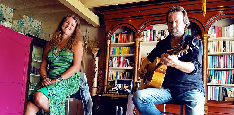 Zangeres Helen Botman en singer-songwriter Peter van Vleuten spelen Love Letters (try out) tijdens de Grote Sloot Huiskamerconcerten