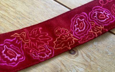 Rode bewerkte riem